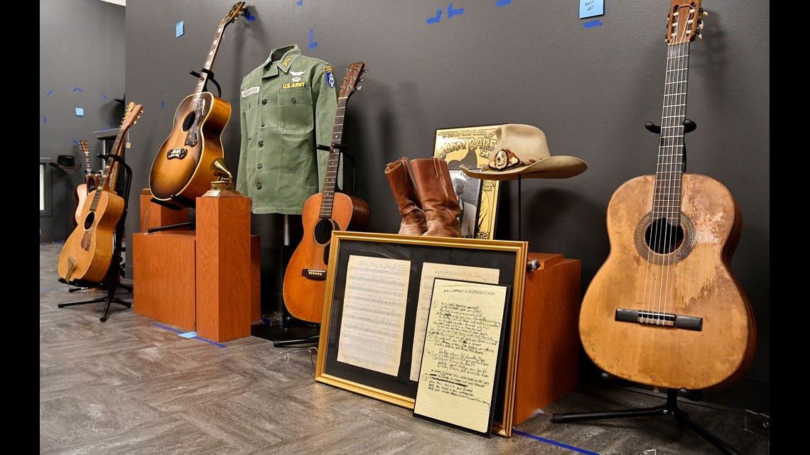Country Music Hall's new 'Outlaws' exhibit stars Waylon