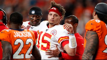 REPORT: Mahomes to miss at least 3 weeks after suffering dislocated kneecap